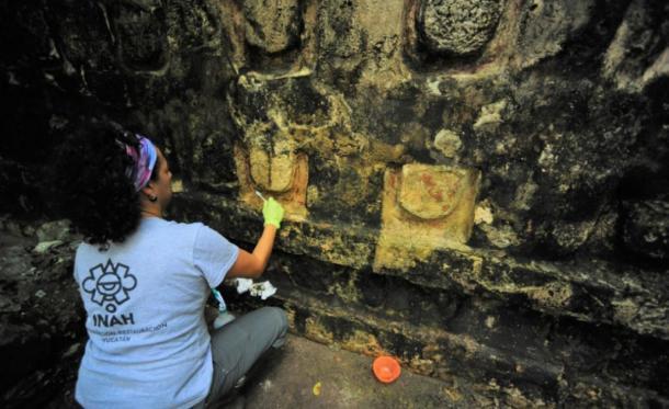 Proceso de estabilización y limpieza del estuco del Templo de la U en el sitio de Kulubá. (Imagen: Mauricio Marat. INAH)