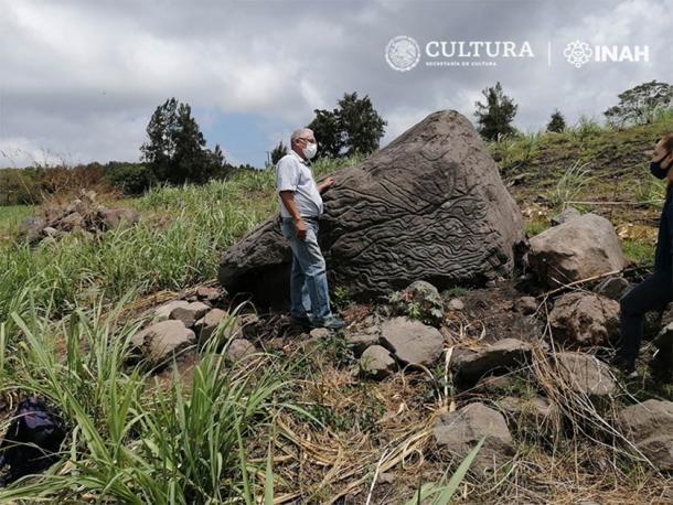 El personal del INAH Colima Center inspecciona el mapa de piedra mexicano recién descubierto que es anterior a la fase Chanal o Colimense Posclásica (1000–1500 dC). (Imagen: Arqlgo. Rafael Platas Ruiz. INAH-Colima)