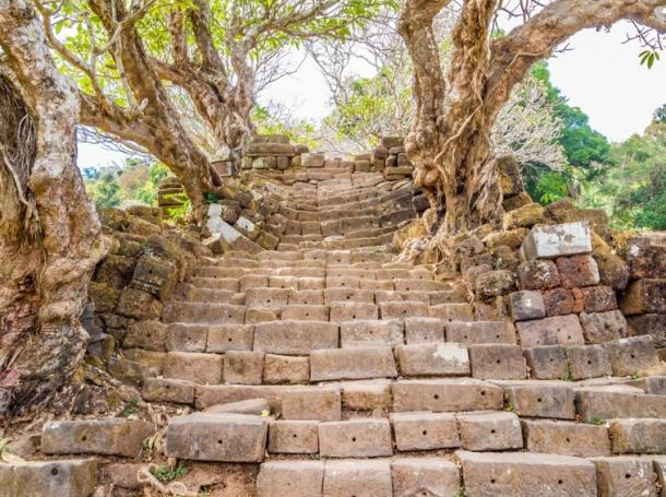 Escalera a Vat Phou, Laos. (Takashi Images / Adobe stock)