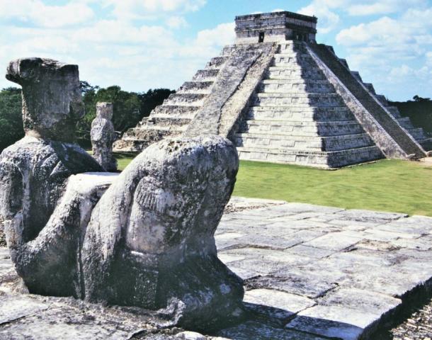"""Estatua """"mirando hacia atrás"""" a Chichén Itzá. (George Fery)"""