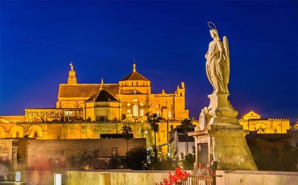 Estatua del Arcángel Rafael en el Puente Romano de Córdoba, España (Leonid Andronov / Adobe Stock)