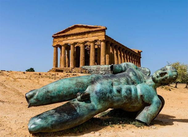 Una estatua griega de bronce frente al Templo de la Concordia en el Valle de los Templos de Agrigento, no lejos de donde se encontró la estatua de Atlas tirada en el suelo. (majonit / Adobe Stock)