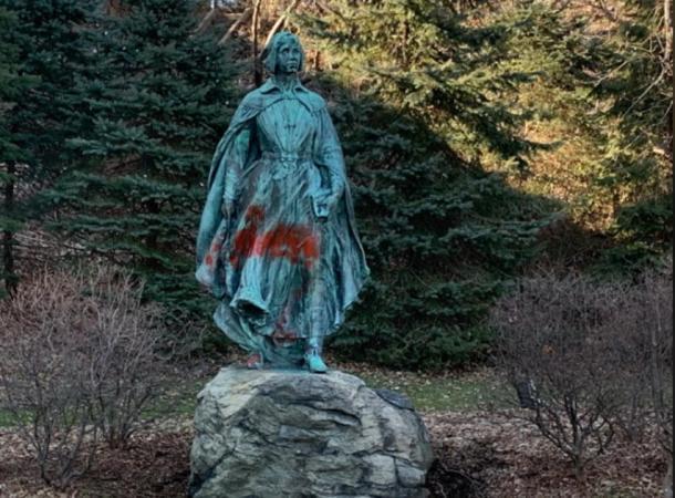 Una estatua y otros monumentos también fueron rociados. (Imagen: Gire a 10)