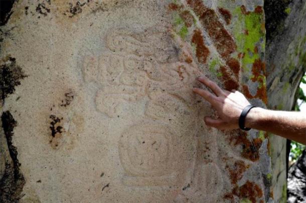 En las ruinas zapotecas se han encontrado dos estelas que tienen paneles de grabados, así como varias piedras más pequeñas con tallados. (Los tiempos de Yucatán)