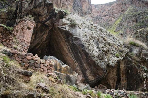 Ángulos de piedra en las paredes escarpadas del barranco en Naupa Iglesia. Fotografía © Freddy Silva