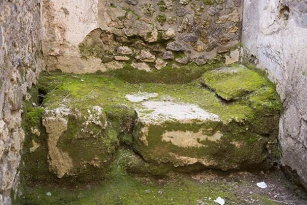 stone-bed-Pompeii-brothels.jpg
