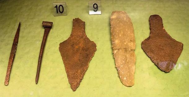 Cuchillo de piedra y dagas de cobre: objetos del área de Budapest pertenecientes a la cultura Csepel, un subestilo húngaro-eslovaco de la cultura del vaso de precipitados, a principios de la Edad del Bronce. Exhibición en el Museo Histórico de Budapest. (Imagen: Bjoertvedt / CC BY-SA 4.0)
