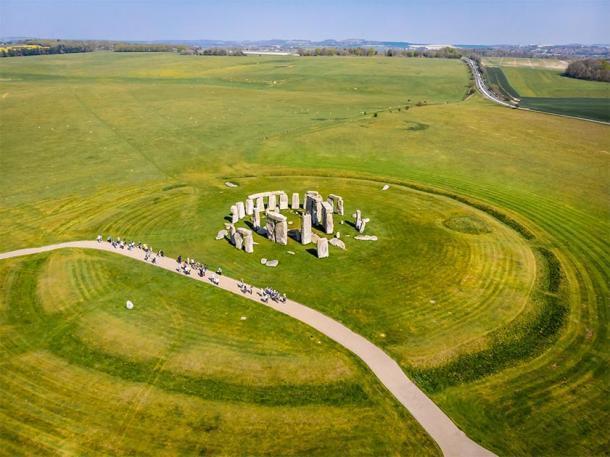 A pesar de lo que dicen algunas personas, la ingeniería de Stonehenge no era como Lego. Foto: Toma aérea de Stonehenge durante el verano. (Alexey Fedorenko/ Adobe stock)