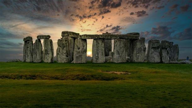 La ingeniosa ingeniería de Stonehenge representada durante la puesta de sol. (Stock de Terry/ Adobe)