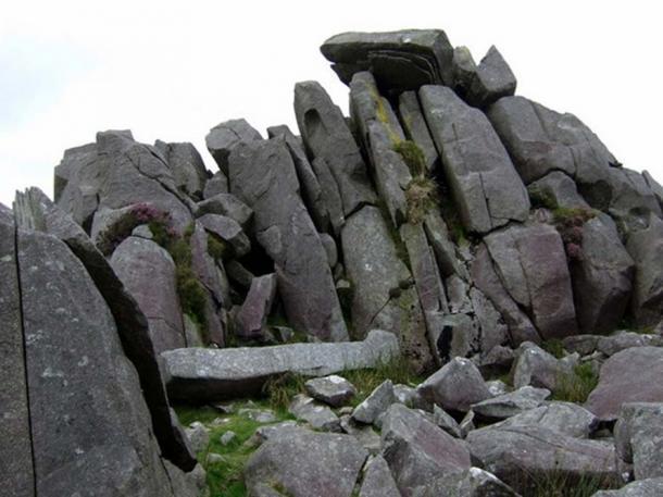 Piedras en Carn Menyn, Gales, como ejemplo de piedra azul. Estas losas de dolerita, divididas por la acción de las heladas, parecen apiladas y listas para ser tomadas. (Ceridwen / CC BY-SA 2.0)