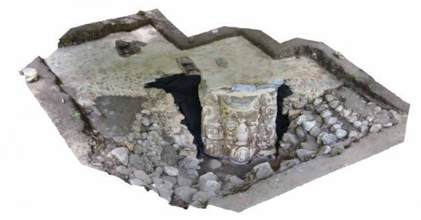 Vista de la cara gigante de estuco, o máscara maya, in situ. El rostro fue descubierto en la península de Yucatán cerca del pueblo de Ucanha. (INAH)