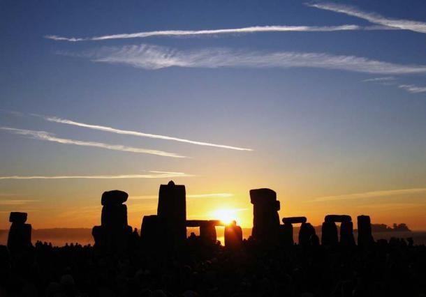Amanecer del solsticio de verano sobre Stonehenge. Muchos monumentos megalíticos, incluidos los de la India, están alineados astronómicamente. (Andrew Dunn / CC BY-SA 2.0)