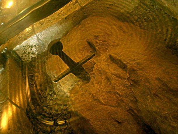 Espada en la piedra alrededor de la cual se construyó la Capilla Montesiepi, Italia. (CC BY- 3.0)