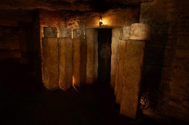 """Entrada al """"Círculo Interno"""" marcado con el símbolo de laberinto y flanqueado por cabezas lúgubres."""