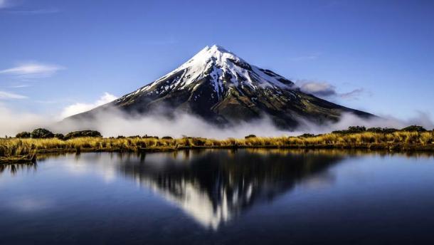 El monte Taranaki en Nueva Zelanda es un volcán inactivo y una parte emblemática del paisaje. Se dice que Rūaumoko, el dios de los terremotos y los volcanes, es el hijo por nacer de Rangi y Papa. (M / Adobe Stock)