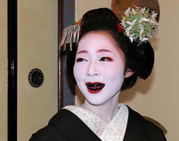 Una mujer con los dientes manchados de negro por la práctica de Ohaguro. (peterbrown-palaeoanthropology.net)