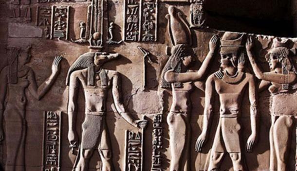 Este alivio del Templo de Kom Ombo muestra a Sobek con los atributos típicos de la realeza, incluido un cetro y una falda escocesa real. El ankh en su mano representa su papel como sanador osirio y su corona es una corona solar asociada con una de las muchas formas de Ra. (Hedwig Storch / CC BY SA 3.0)