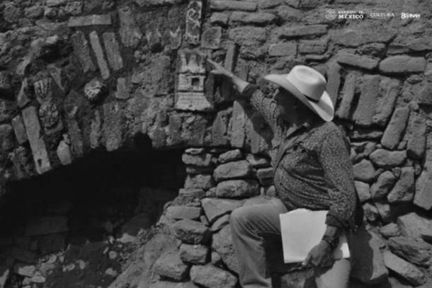 Se encontró un teocalli, o templo, grabado en la piedra central de la entrada del arco dedicada al dios de la lluvia Tláloc. (Edith Camacho, INAH)