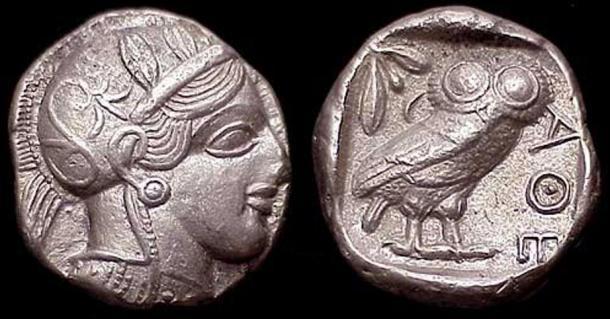 Un tetradracma con el rostro de Atenea y el símbolo del búho en la cara posterior.