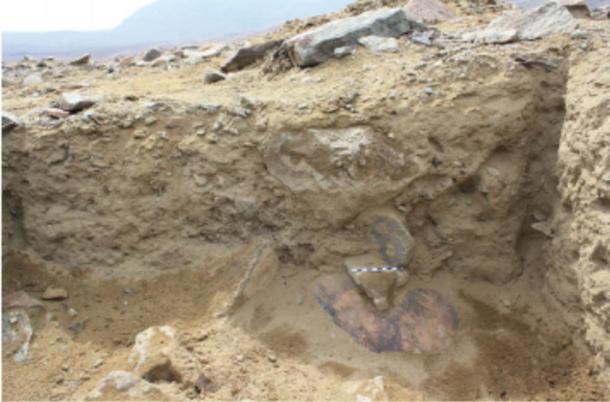 El caldero fue descubierto en su lado en Wasi Huachuma. (Guy S. Duke)