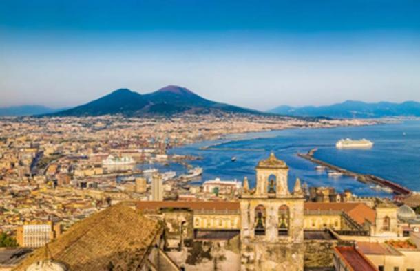 La costa de Nápoles (Pompeya) con el Monte Vesubio al atardecer. (JFL Photography / Adobe Stock)