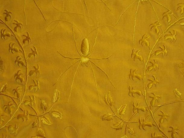 La capa dorada de seda de araña hecha por Peers y Godley. Fuente: ¿Es arte?
