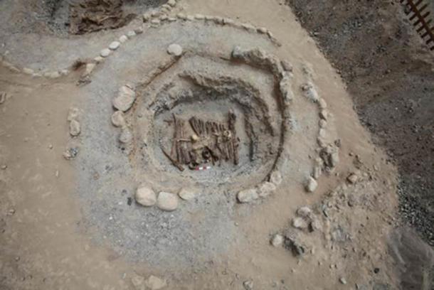 El quemador de incienso en una de las tumbas se puede ver en el borde inferior central del círculo central de este pozo de fuego. (Xinhua Wu / Fair Use)