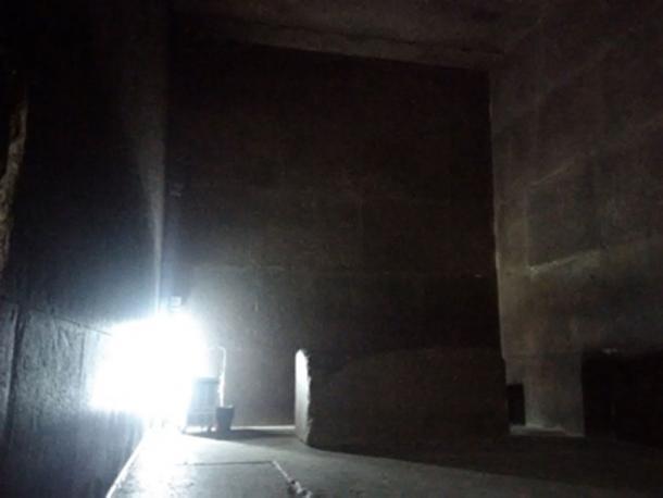 La Cámara del Rey dentro de la Gran Pirámide, mostrando su sarcófago de granito rojo. (Imagen: Andrew Collins)