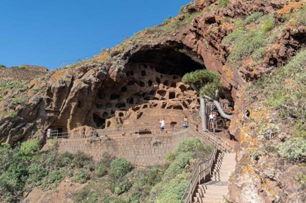 El gran afloramiento rocoso en el que se excavaron las cuevas y cavidades. Crédito: Ioannis Syrigos