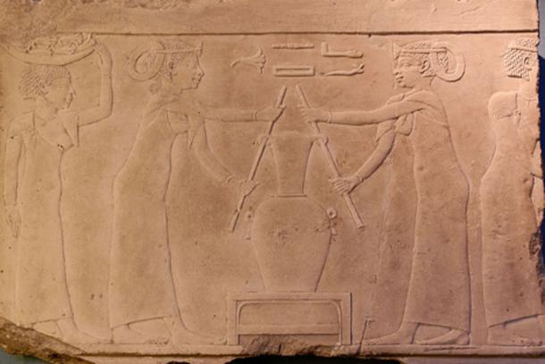 La fabricación de perfume de lirio. Piedra caliza, fragmento de la decoración de una tumba, 4a dinastía de Egipto- (2500 a.C.) (Museo Louvre)