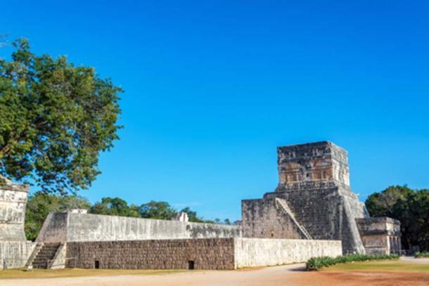 La cancha de pelota maya y el templo en Chichen Itza (jkraft5/ Adobe Stock)