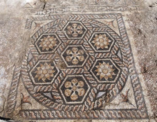 El mosaico constaba de 7 paneles hexagonales. (Ministerio de Antigüedades / Facebook)