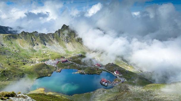 Se dice que el estanque de Oproiu es uno de los lugares de tesoros ocultos de Rumania. (Whitewizzard / Adobe)