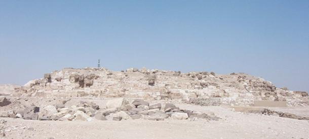 Los restos de la pirámide en ruinas de Djedefre en Abu Rawash. Piedras de revestimiento de granito todavía ensucian el sitio. (AhlyMan / Dominio Público)