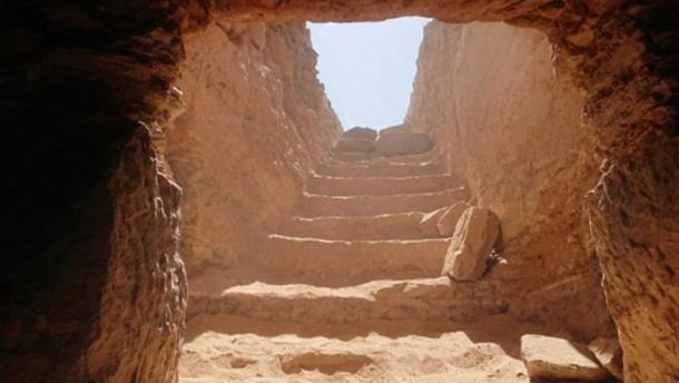 La tumba excavada en la roca que contiene más de 30 momias en el área del Mausoleo de Aga Khan en Aswan West Bank en Egipto. Crédito: Ministerio de Antigüedades.