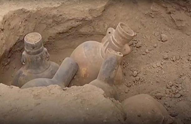 Los vasos de bebida ornamentados de Wari fueron desenterrados. (CGTN / YouTube)