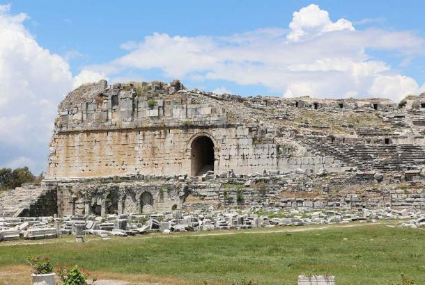 Entrada izquierda del antiguo teatro en Mileto, Turquía (reconstruido en un sitio Grek por el emperador romano Trajano) otro testimonio de la presencia romana en Anatolia y lo que dejaron atrás. (Bernard Gagnon / CC BY-SA 3.0)
