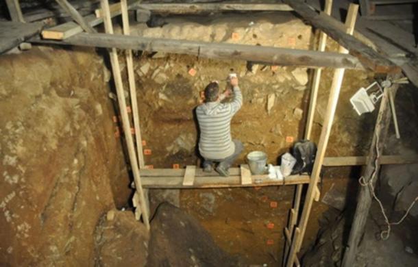 Este es el investigador de la Universidad de Flinders, el Dr. Mike Morley, tomando muestras del complejo de la cueva Denisova. (Dr. Paul Goldbert, Universidad de Wollongong / EurekAlert!)