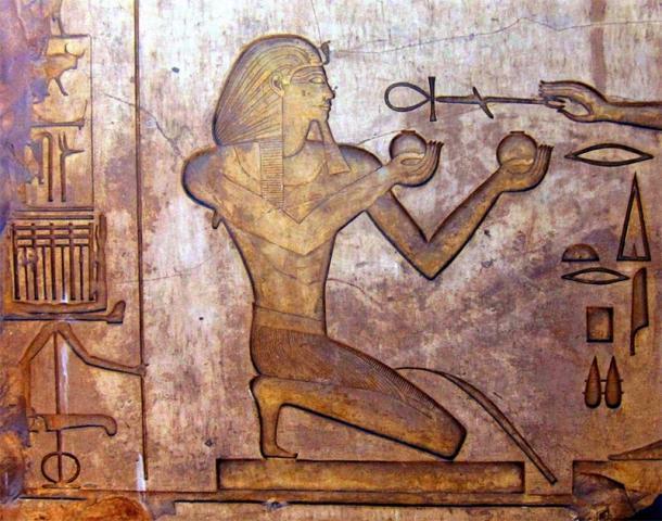 Alivio de Thutmosis II en el complejo del templo de Karnak, Egipto. (Dominio publico)