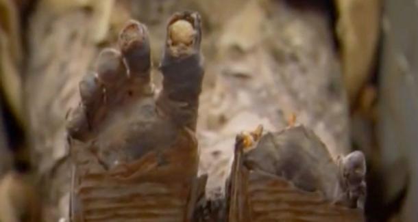 Los pies de Tjuyu se conservaron notablemente. (Captura de pantalla de YouTube)