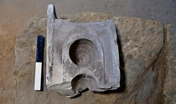 """La parte superior de la mesa de medición que se encuentra en el sitio de excavación del """"antiguo mercado de Jerusalén"""". (Ari Levi / Autoridad de Antigüedades de Israel)"""