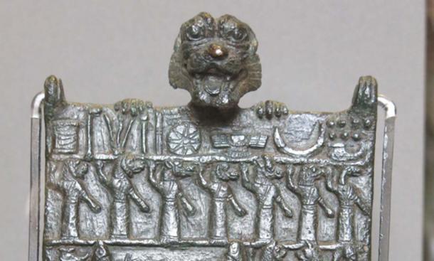 La fila superior muestra símbolos de las deidades sumerias, la segunda fila representa 7 gallu (ghouls). (Dominio publico)