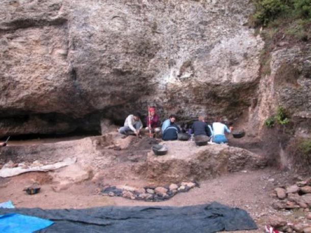 Trabajos de excavación en curso en el sitio de Balma Guilanyà. (CEPAP-UAB)