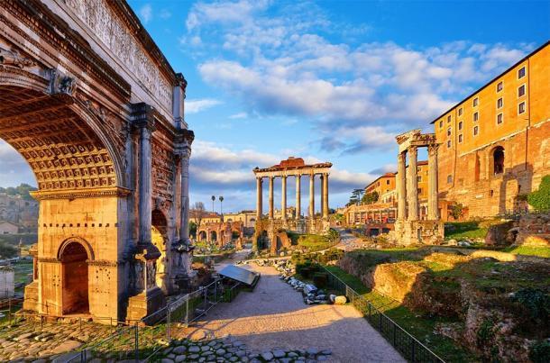 El arco triunfal de Tito a la izquierda, El Foro, Roma (Yasonya / Adobe Stock)