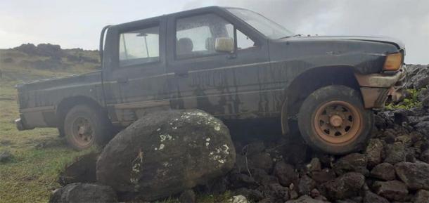 El camión entró en el área protegida y se estrelló contra un ahu, que incluía una estatua moai. (Imagen: Comunidad Indígena Ma'u Henua)