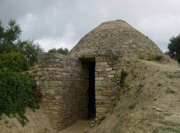 La entrada de piedra a la tumba llamada Tholos IV cerca del antiguo Palacio de Néstor, ambos descubiertos por el fallecido arqueólogo de UC Classics Carl Blegen en 1939. (UC Classics)