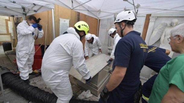 Dos cuerpos fueron exhumados antes de que se revelara el espacio con miles de huesos. (Medios del Vaticano)