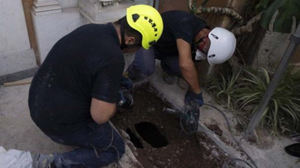 Dos tumbas debajo de los ángeles se han excavado en la búsqueda del cementerio teutónico. (Medios del Vaticano)