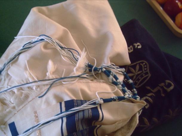 """Tzitzit, cuatro borlas o """"flecos"""" con hilos azules, producidos en la antigua fábrica de tintes de concha. (Lkitrossky / Dominio Público)"""