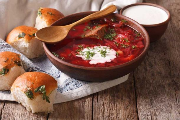 Sopa roja borscht ucraniana con bollos de ajo. Fuente: FomaA / Adobe Stock